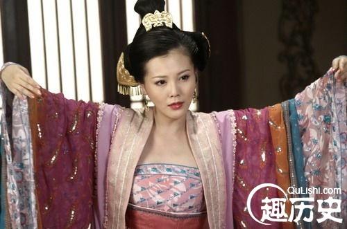 刘邦/刘邦常与戚夫人在宫中歌舞作乐。