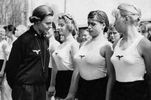 变态的魔鬼纳粹美女看守长:女囚胸大就得处死!