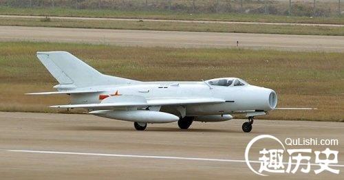 首架歼-7在沈阳飞机厂首飞