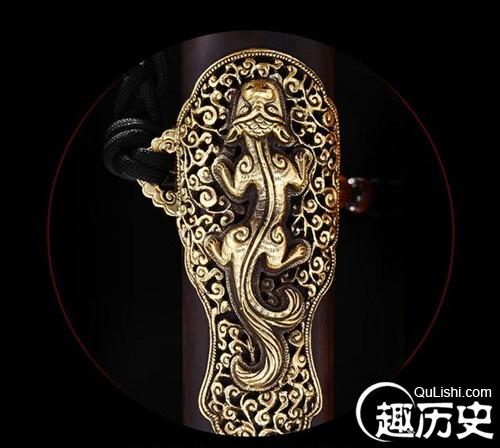 木质剑鞘覆鲛鱼皮并以黄铜封边,外套数道铜箍并嵌龙虎纹饰.