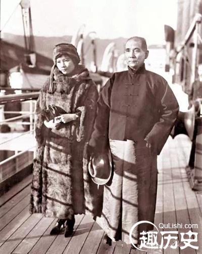 其一,说孙中山还没有和原配夫人卢慕贞离婚就和宋庆龄结婚,因此他们的