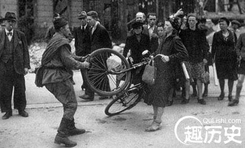 一名苏军士兵试图抢夺德国妇女的自行车-二战后哪个国家从德国拿的