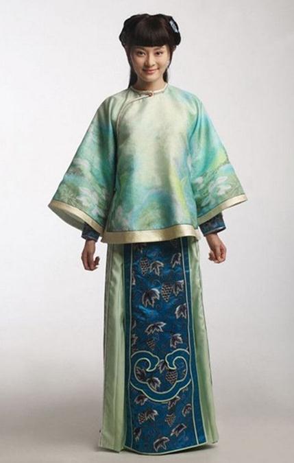 清代在中国服装史上是一个较为特殊的历史时期,它以满族的服饰装束为主,具有典型的北方游牧民族特色,这是清王朝统治者用暴力和禁令强制人们改冠易服的结果,致使中国古代服装在最后一个封建朝代发生了重大的变异。历时数千年的宽袍大袖,拖裙盛冠,潇洒生动,纤弱柔美的的汉族传统遭到破坏和变革。