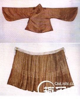 明代上襦下裙的服装形式,与唐宋时期的襦裙没有什么差别,只是在年轻妇女中间,常加一条短小的腰裙,以便活动,有些侍女丫环也喜欢这种装束。上襦为交领、长袖短衣。裙子的颜色,初尚浅淡,虽有纹饰,但并不明显。至崇祯初年,裙子多为素白,即使刺绣纹样,也仅在裙幅下边一、二寸部位缀以一条花边,作为压脚。裙幅初为六幅,即所谓裙拖六幅湘江水;后用八幅,腰间有很多细褶,行动辄如水纹。   到了明末,裙子的装饰日益讲究,裙幅也增至十幅,腰间的褶裥越来越密,每褶都有一种颜色,微风吹来,色如月华,故称月华裙。 腰带上往往挂