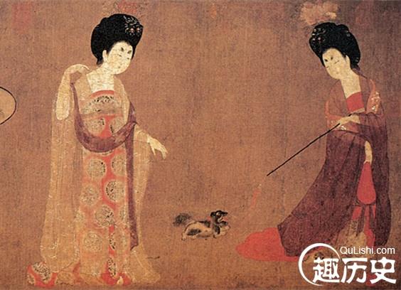 唐代妇女配饰种类丰富,型制华美,色彩绚丽,常见的有钗、簪、步摇、钿、栉具几大类,其中,钗和簪最普遍。   唐代簪花风尚驰名中外。敦煌莫高窟唐代壁画上的妇女,头上簪有数朵美丽的鲜花。著名的唐代《簪花仕女图》中的五位妇女,身披轻纱,头绾高髻,髻上簪有特大的花朵。有的簪真花,有的簪假花。唐代杨国忠任右丞相时,杨式兄妹极端奢侈。杜甫的《丽人行》中记载:头上何所有?